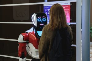 Первый в России робот-чиновник начал измерять температуру посетителей