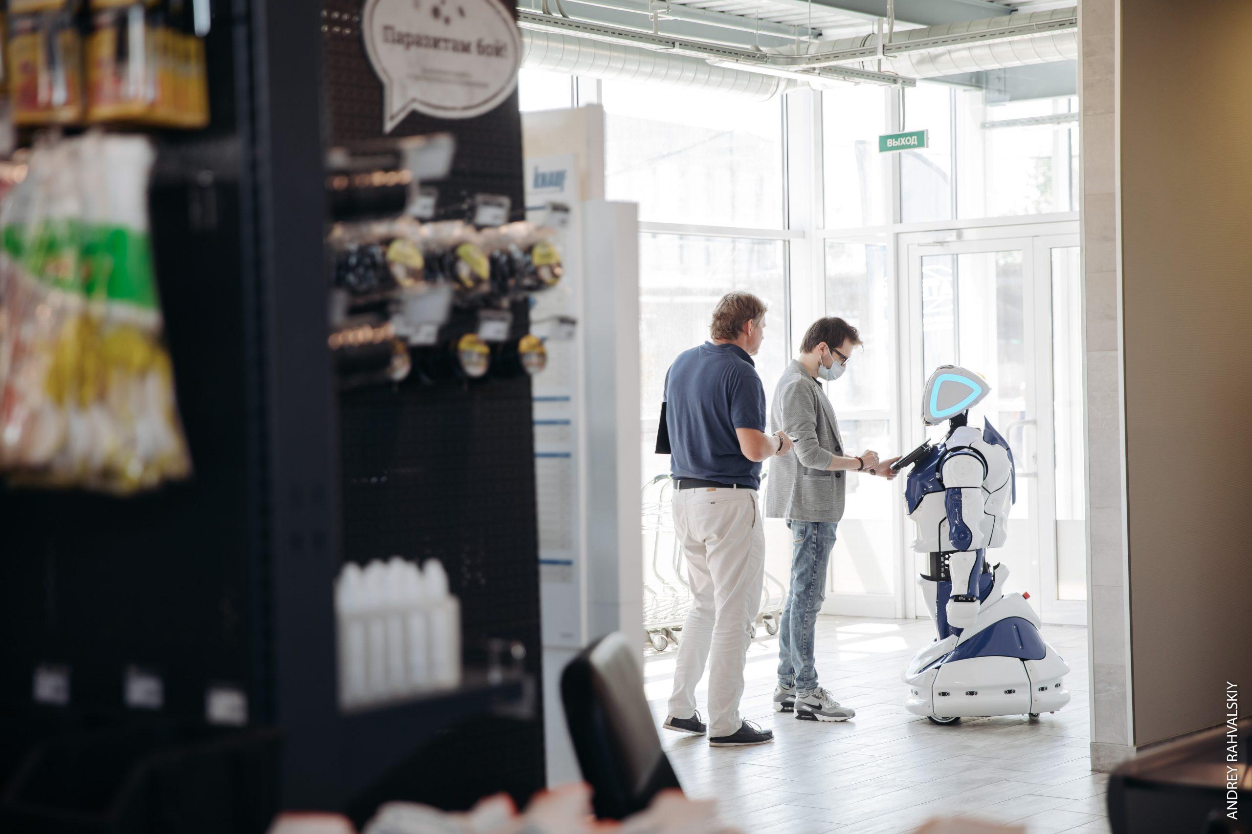 Робот промобот общается с посетителями на входе в строительный магазин