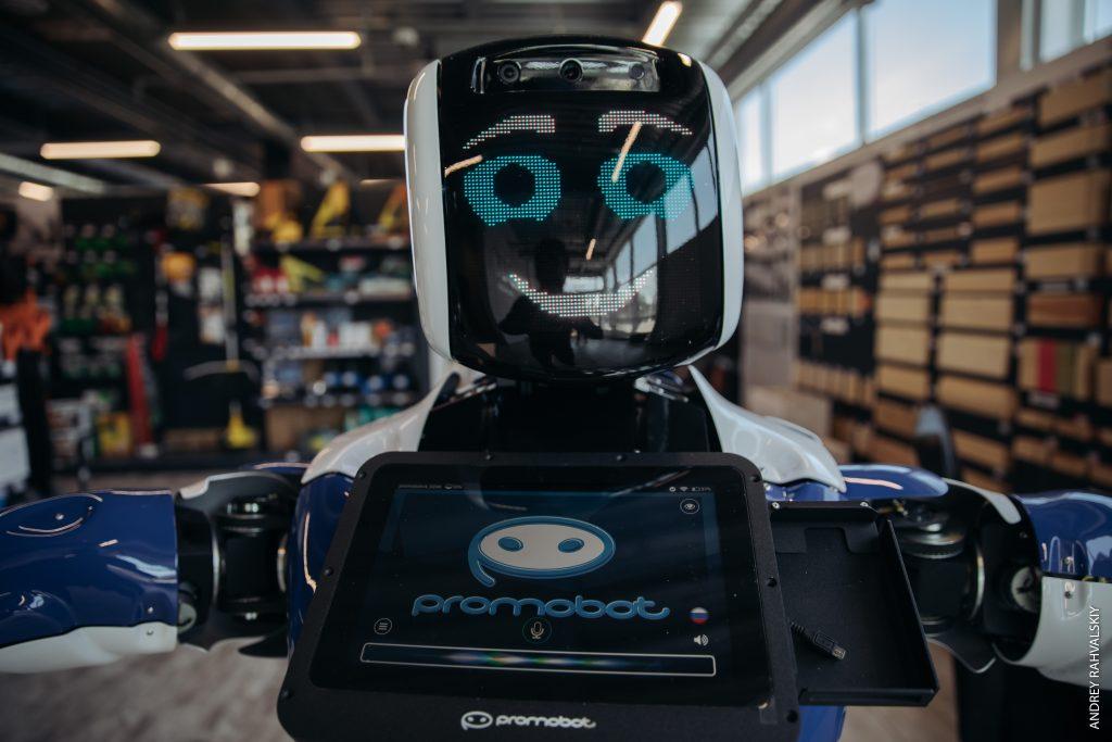 Робот в строительном магазине