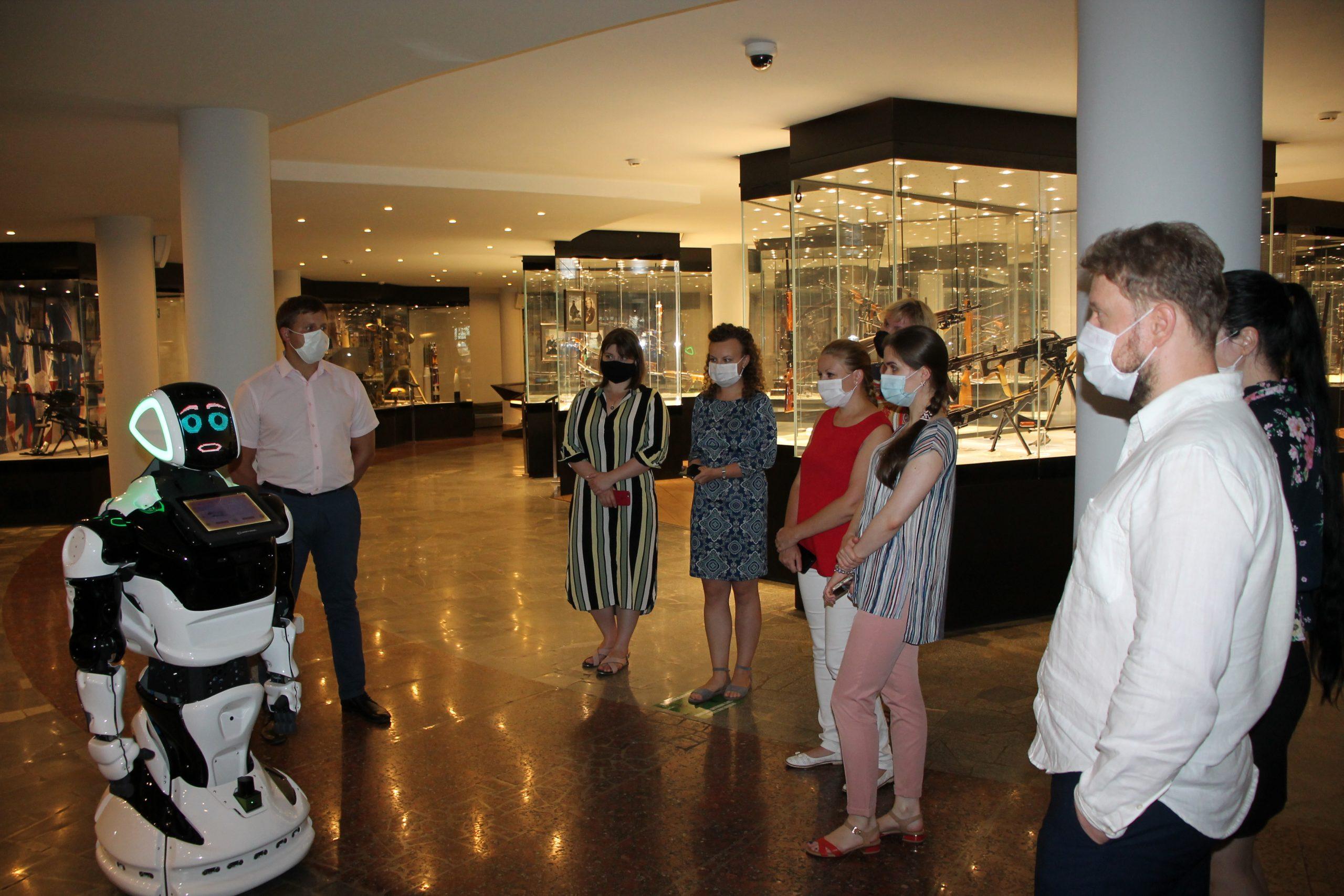 Промобот рассказывает посетителям об экспонатах в Тульском музее оружия