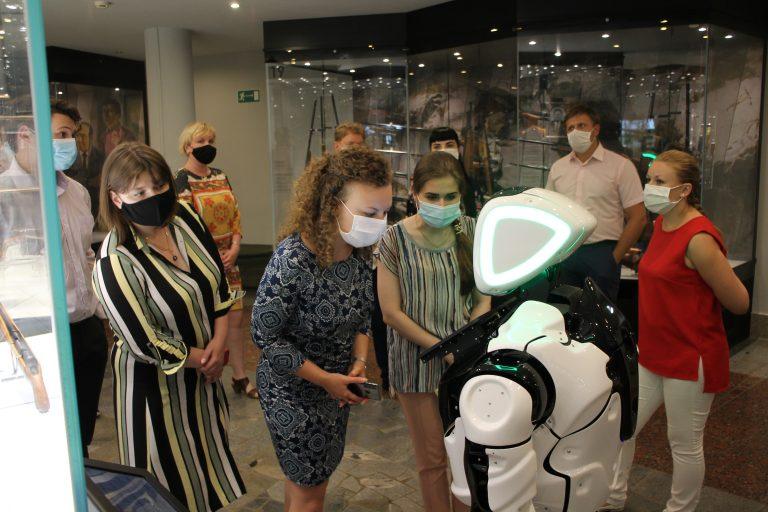 Робот «Промобот» ведет экскурсию в Тульском музее оружия