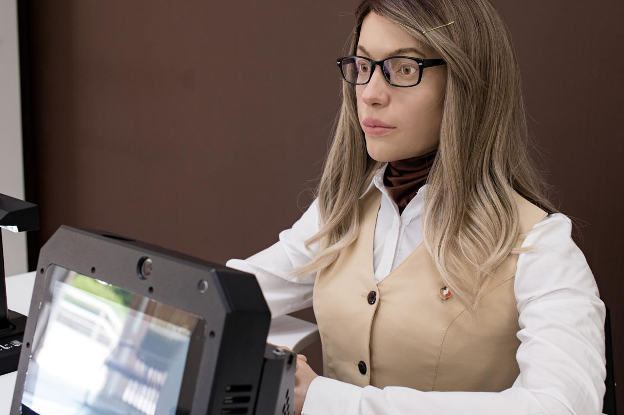 Женщина-робот на работе в МФЦ