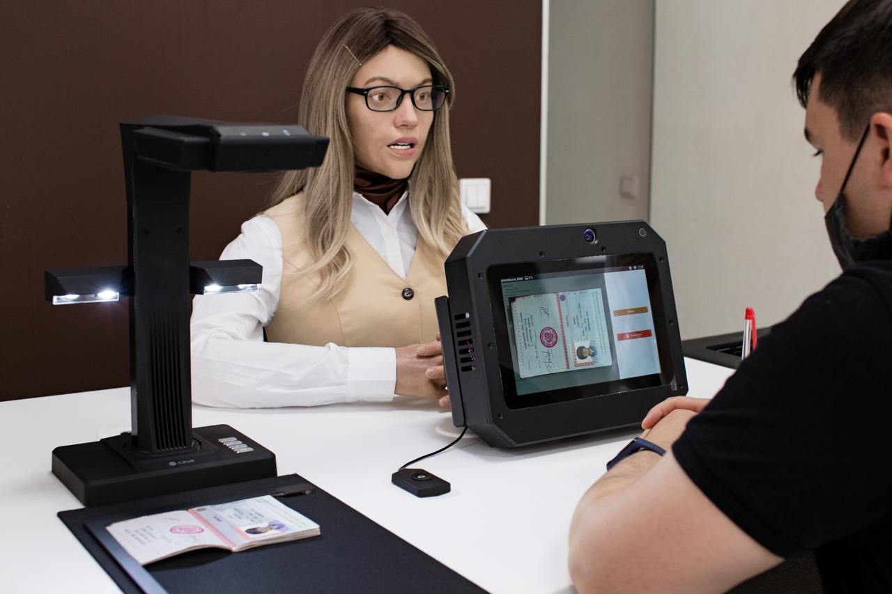 Робот с внешностью девушки консультирует посетителя МФЦ