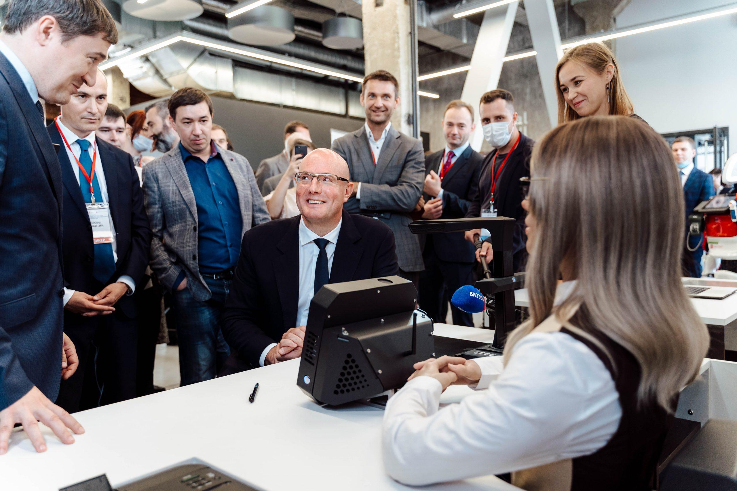 Дмитрий Чернышенко знакомится с продуктами Промобот