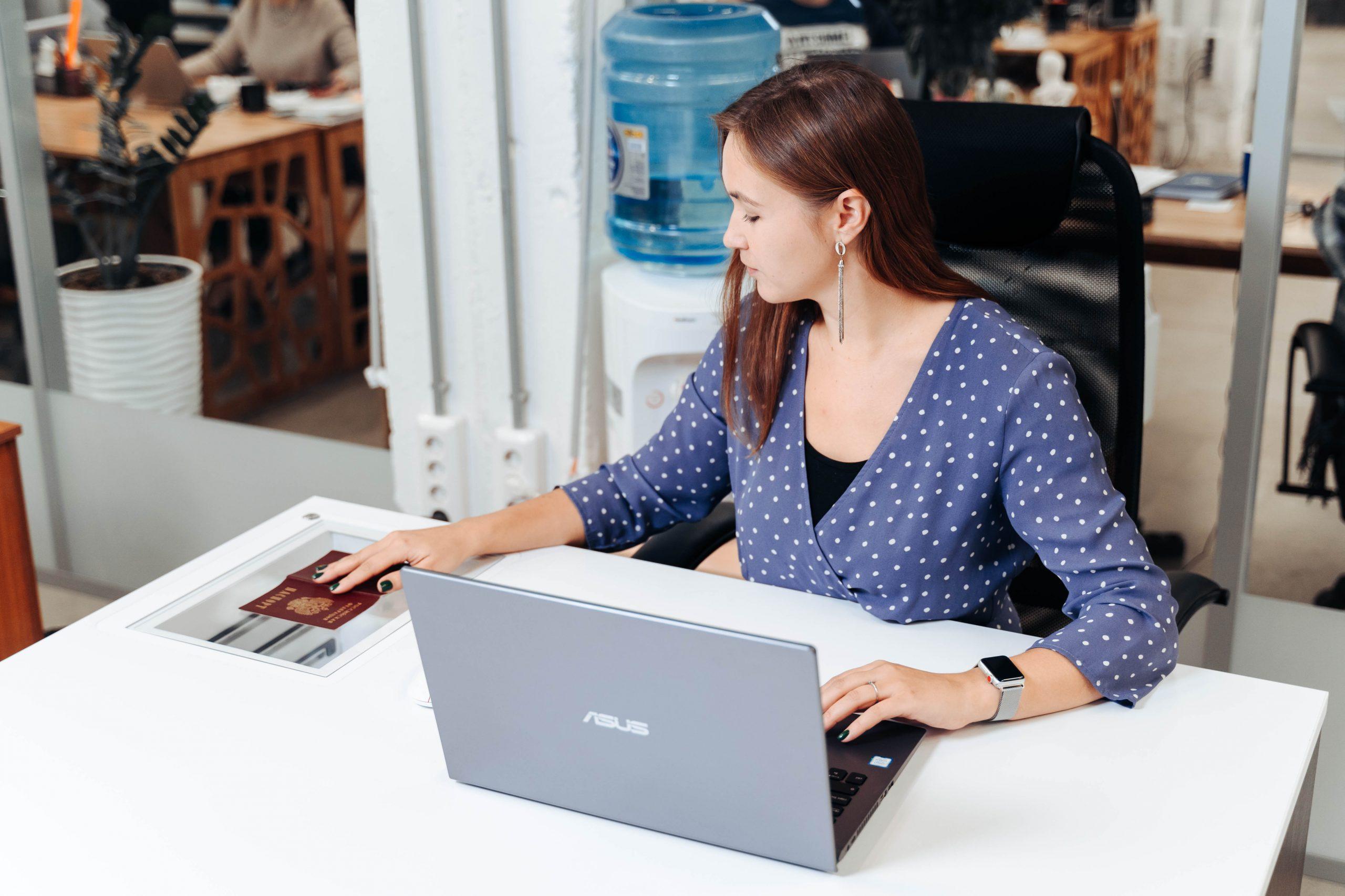 Девушка сканирует паспорт с помощью «Промобот Сканер»