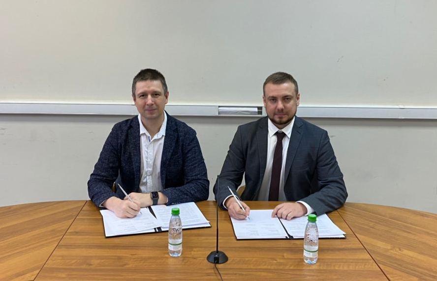 Сооснователь Voltbro Антон Рогачев (слева) подписывает соглашение с Романом Комиссаровым — менеджером по развитию бизнеса компании «Промобот»