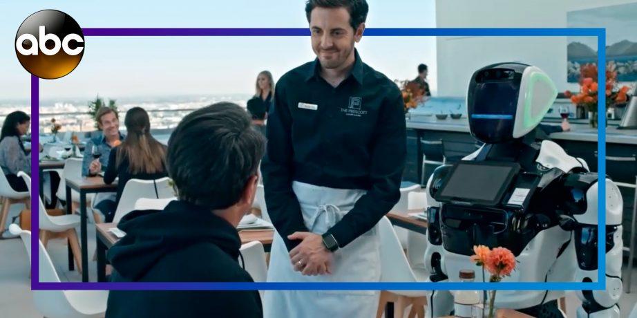 Кадр из сериала «Американская семейка» с промоботом
